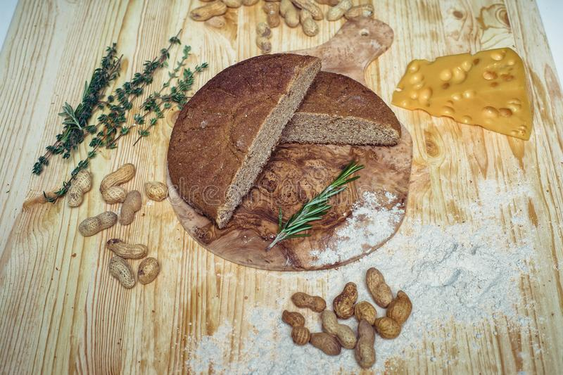 Хлеб клейковины свободный на деревянной предпосылке от взгляд сверху Смешанные домодельные хлебы от муки амаранта еда здоровая стоковые изображения
