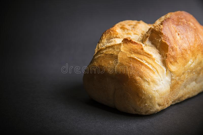 Хлеб на темной предпосылке стоковое изображение
