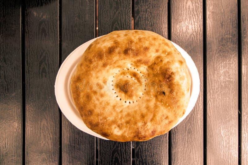 Хлеб на черной таблице, взгляд сверху питы стоковые фотографии rf