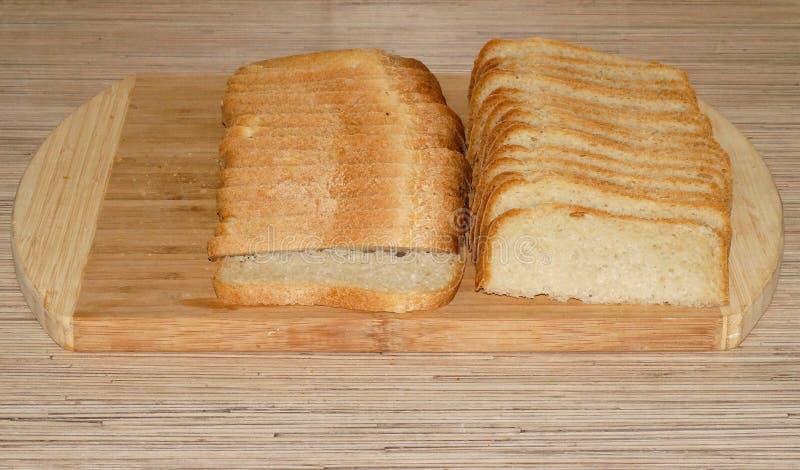 Хлеб отрезанный белизной на разделочной доске стоковое фото rf