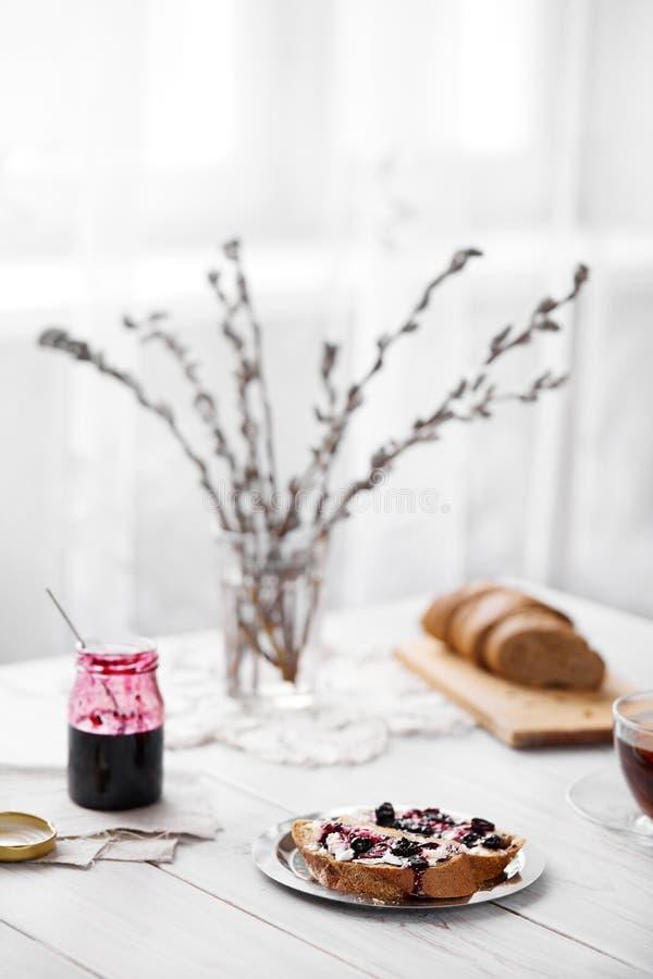 Хлеб со студнем масла и ежевики стоковые фото