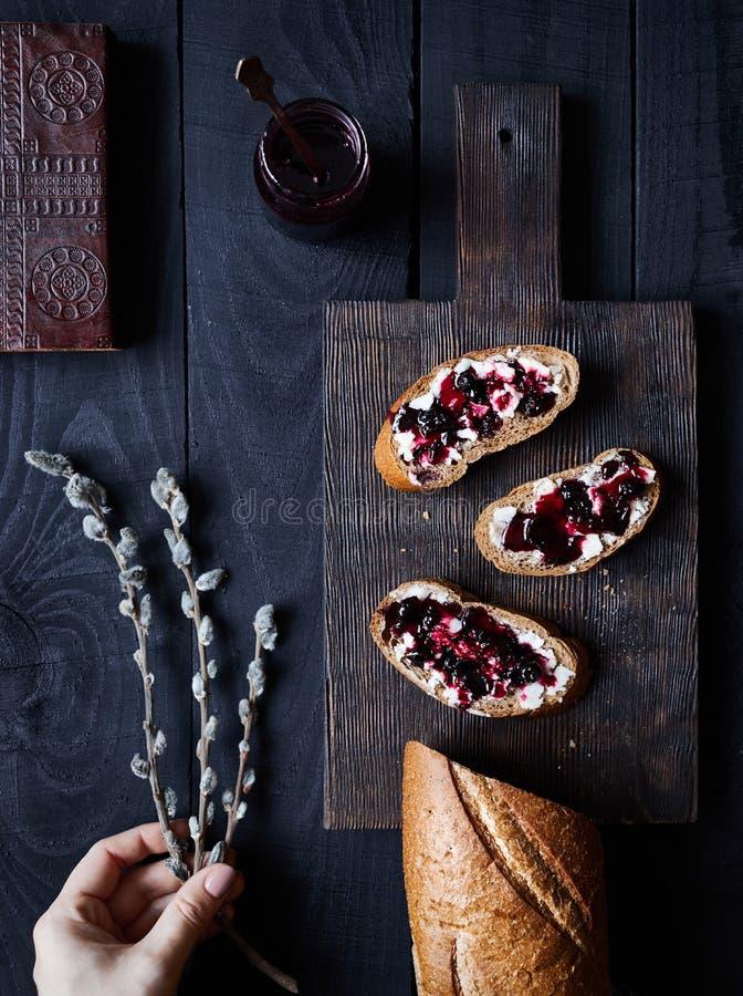Хлеб со студнем масла и ежевики стоковые изображения