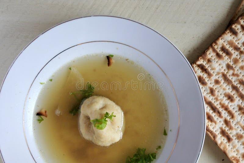 Хлеб супа и мацы шарика мацы служил на holida еврейской пасхи еврейском стоковое фото rf