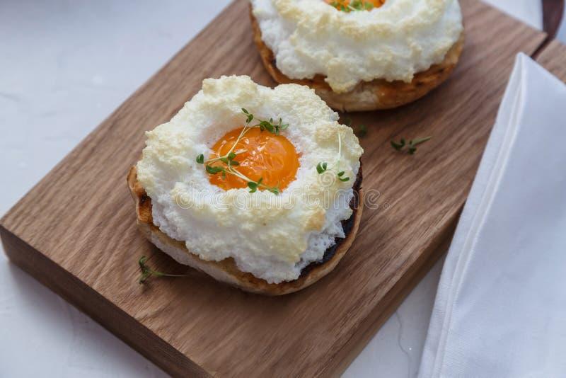 Хлеб с испеченными яйцами Orsini на деревянной стойке, выборочным фокусом стоковое фото rf