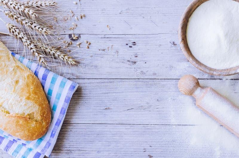 Хлеб с ушами пшеницы и шаром муки стоковые фотографии rf