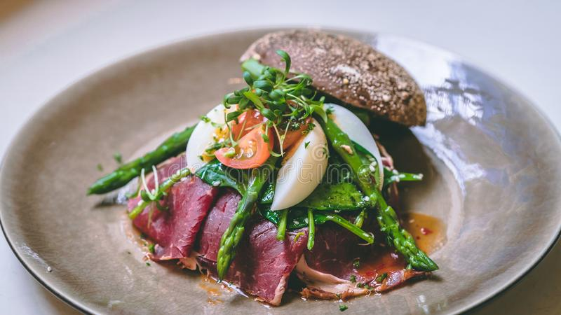 Хлеб с яичком и vegatables для обеда стоковое фото rf