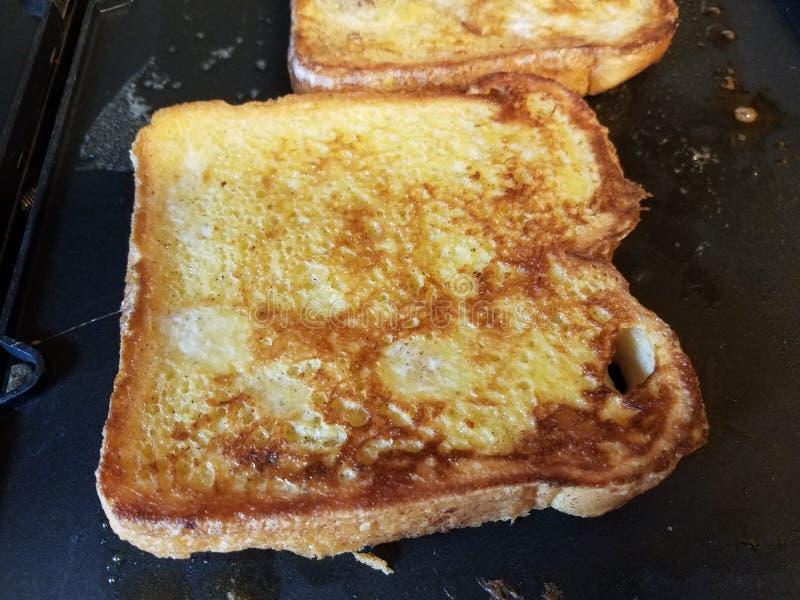 Хлеб французского тоста с яйцом и циннамоном варя на гриле стоковые фото