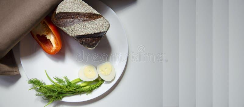 Хлеб, яйцо и перец Rye на белой предпосылке стоковое фото rf