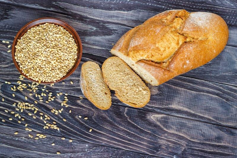 Хлеб Rye на деревянной предпосылке около шара конца-вверх пшеницы стоковое фото rf