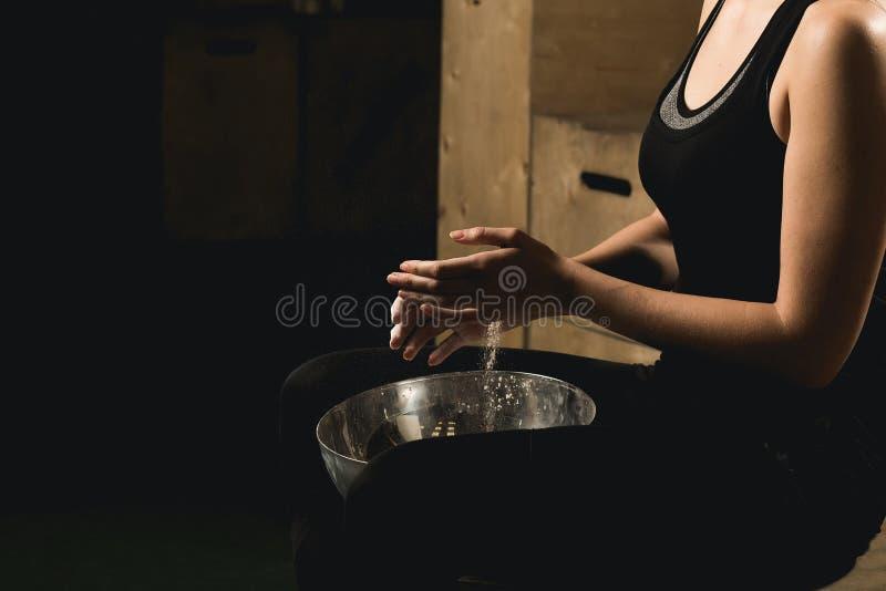 Хлопать женского фитнеса модельный с порошком талька стоковые изображения
