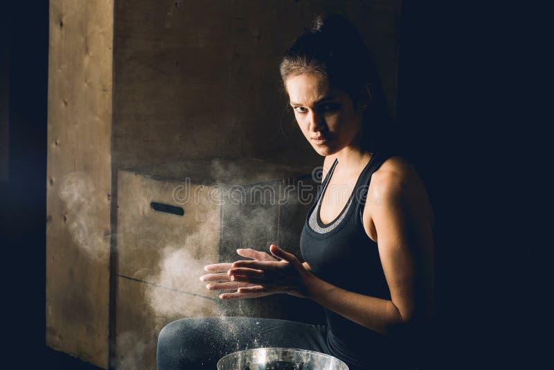 Хлопать женского фитнеса модельный с порошком талька стоковое изображение