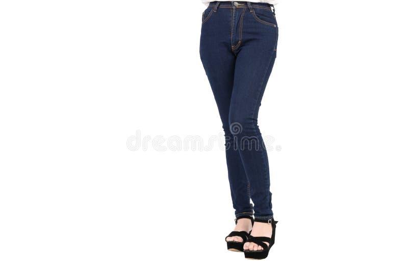 Хлопок голубых джинсов джинсовой ткани задыхается тощая, тонкая пригонка ног стоя более длинная женщина тела стоковая фотография rf