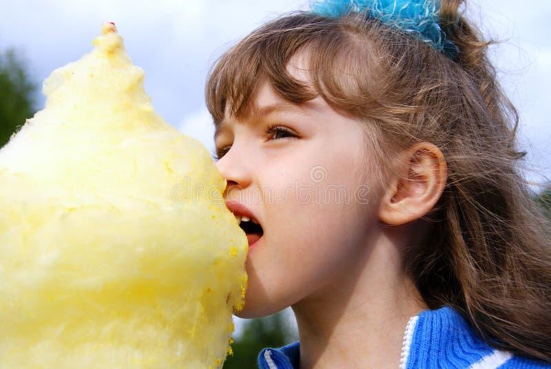 хлопок ест шерсти помадки девушки стоковая фотография