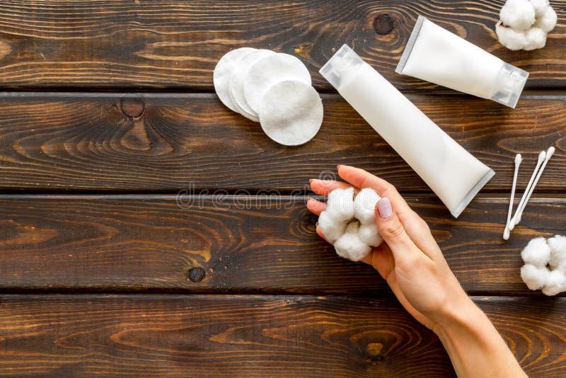 Хлопок, мазки и крем, руки для дизайна блога на деревянном фоне сверху макет стоковое изображение