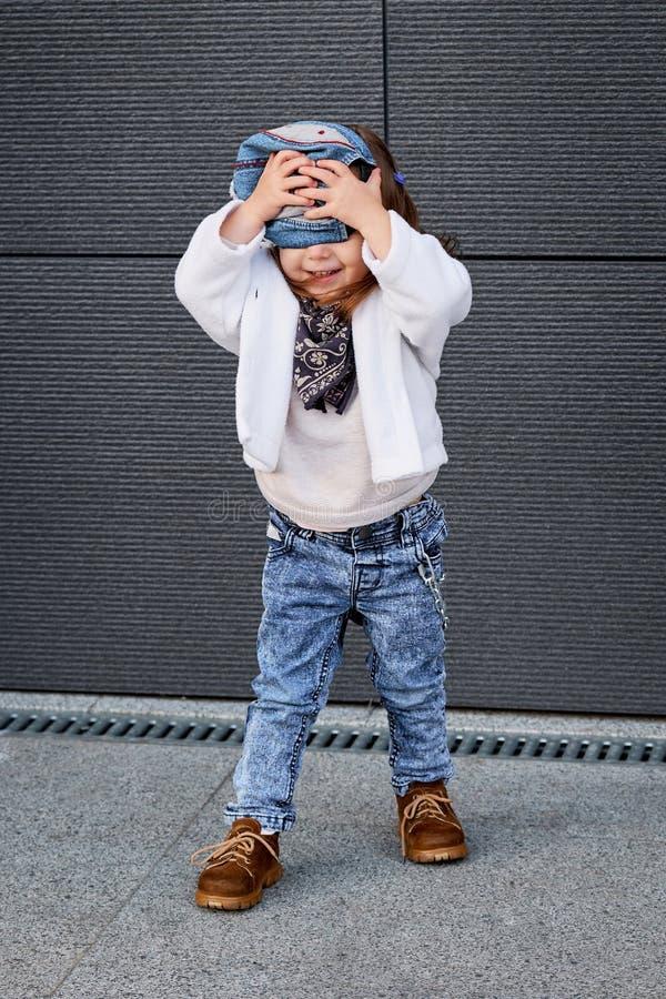 Хмель бедра ребёнка моды маленькая девочка в бейсбольной кепке стоковые фотографии rf