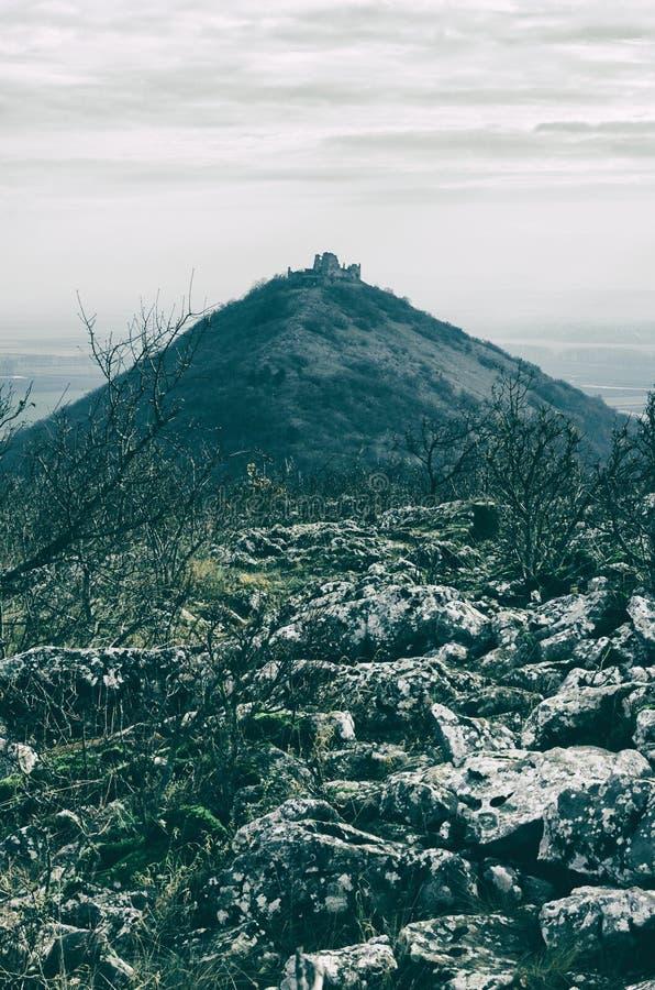 Хмурые руины замка Turna с ландшафтом стоковые фотографии rf