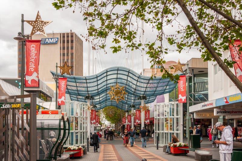 Хобарт, Тасмания, Австралия - 14-ое декабря 2009: Здание AMP и пешеходная торговая улица во время людей шоу сезона рождества стоковые фото