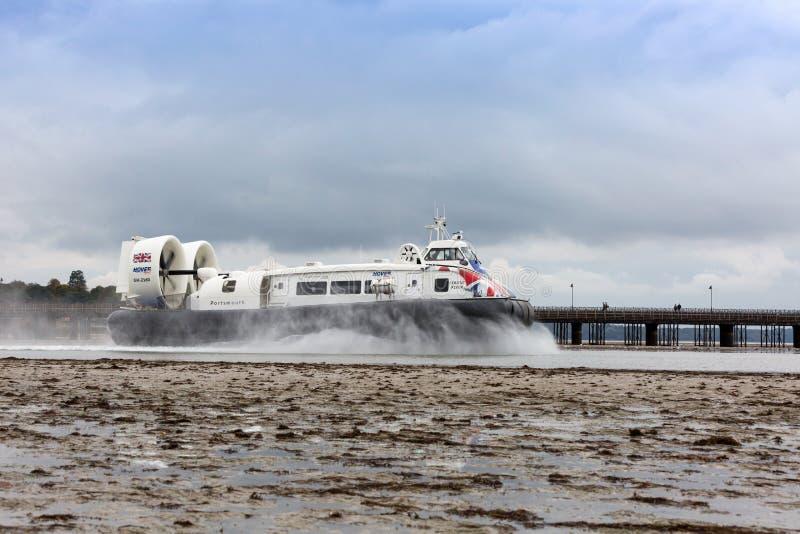 Ховеркрафт выходит гавань Ryde на остров Уайт стоковые изображения rf