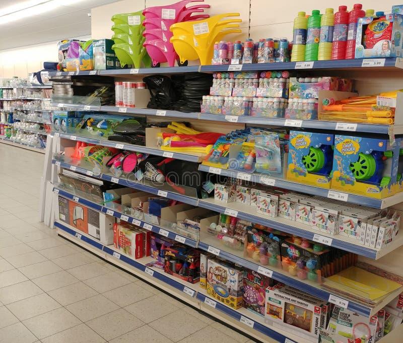 Ходите по магазинам с видом al игрушек и статей спорта стоковые фотографии rf