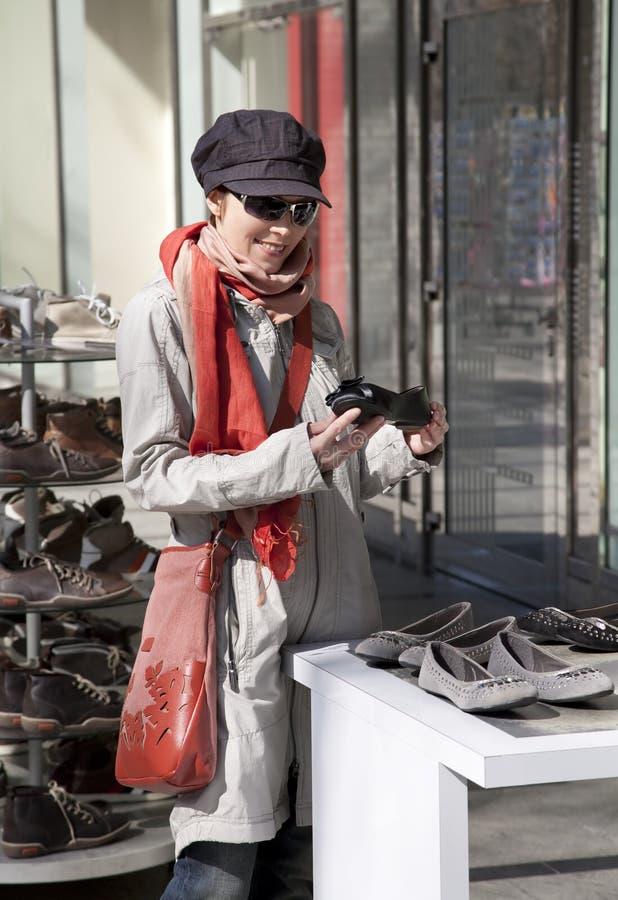 ходить по магазинам ботинок стоковая фотография rf