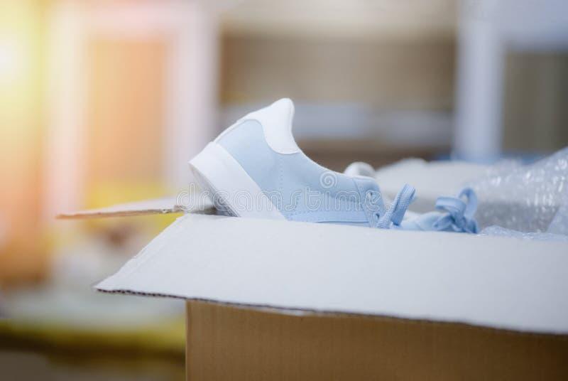 Ходить по магазинам доставки Ecommerce онлайн и концепция заказа продавая тапки ботинок онлайн покупок пакуя в картонной коробке стоковые изображения