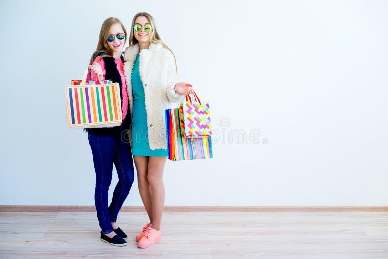 Ходить по магазинам друзей идя стоковые фотографии rf