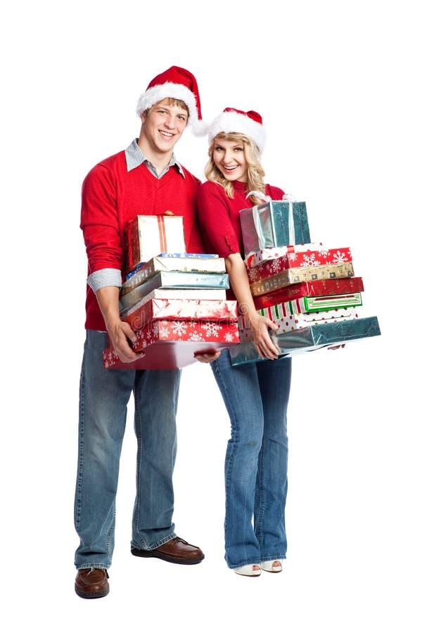 ходить по магазинам нося подарков пар рождества стоковые фото