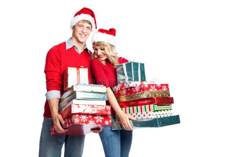 ходить по магазинам нося подарков пар рождества стоковое изображение