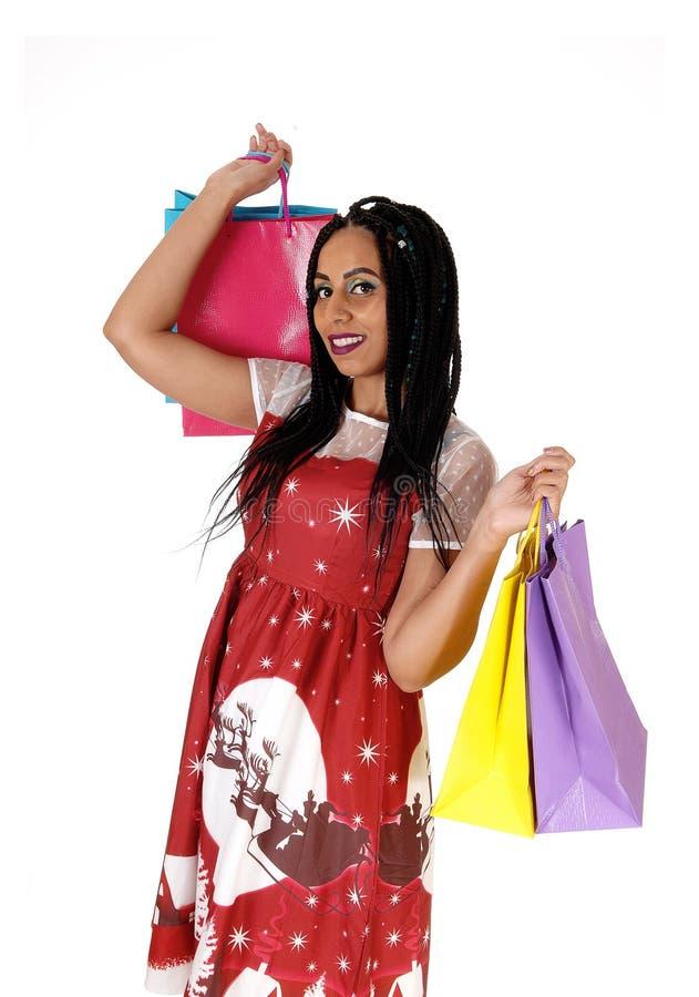 Ходить по магазинам счастливой женщины идя, усмехающся стоковое фото rf