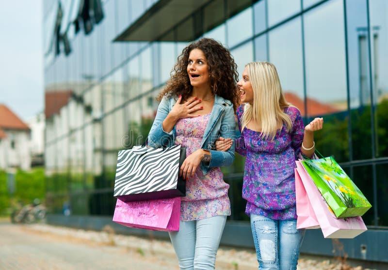 Ходить по магазинам 2 друзей женщины стоковая фотография rf