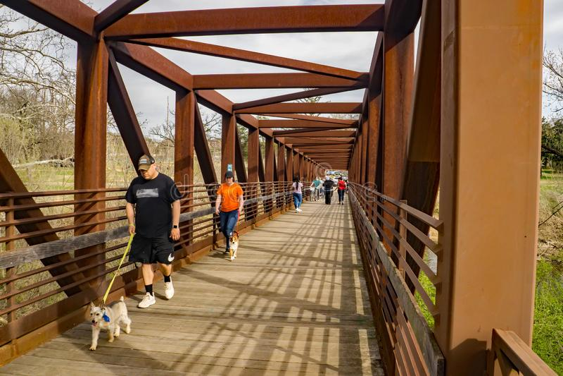Ходоки пересекая мост на Greenway реки Roanoke стоковое изображение rf