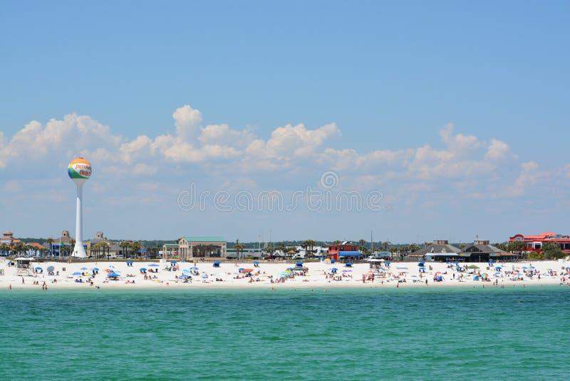 Ходоки пляжа на пляже Pensacola в Escambia County, Флориде на Мексиканском заливе, США стоковое изображение rf