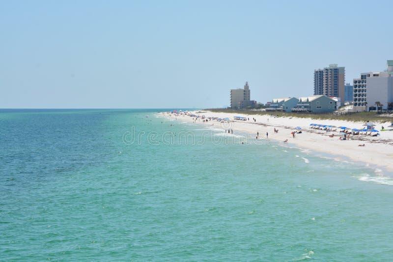 Ходоки пляжа на пляже Pensacola в Escambia County, Флориде на Мексиканском заливе, США стоковые фотографии rf