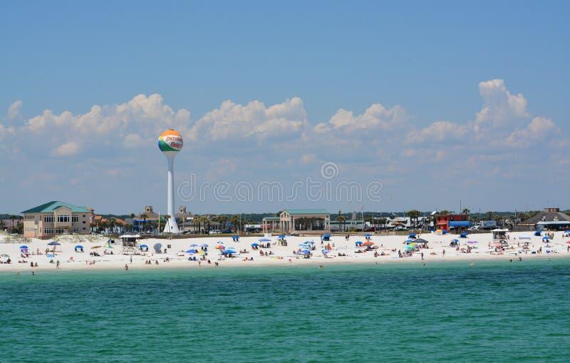 Ходоки пляжа на пляже Pensacola в Escambia County, Флориде на Мексиканском заливе, США стоковое фото rf