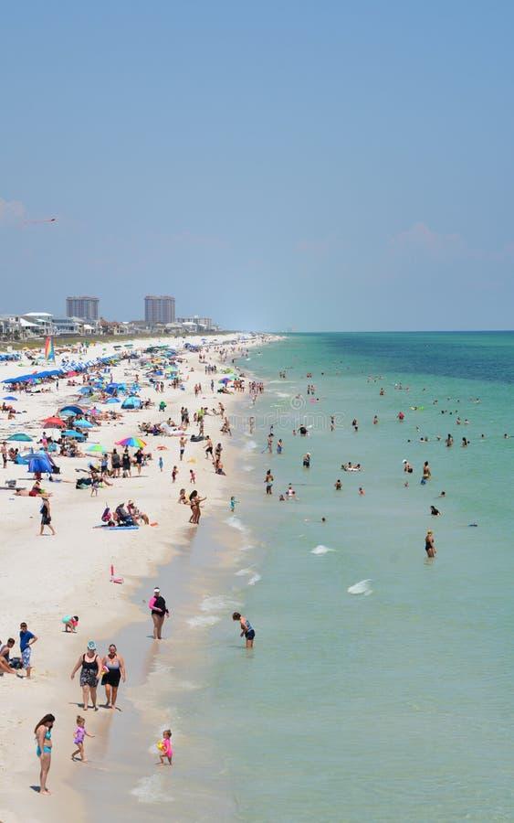 Ходоки пляжа на пляже Pensacola в Escambia County, Флориде на Мексиканском заливе, США стоковые изображения