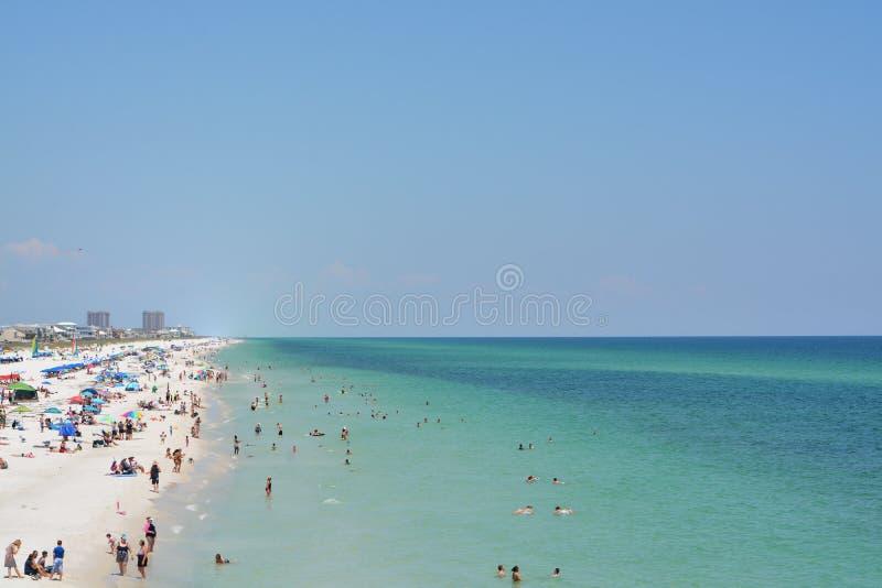 Ходоки пляжа на пляже Pensacola в Escambia County, Флориде на Мексиканском заливе, США стоковая фотография rf