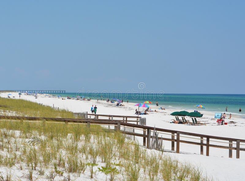 Ходоки пляжа на пляже Pensacola в Escambia County, Флориде на Мексиканском заливе, США стоковое фото