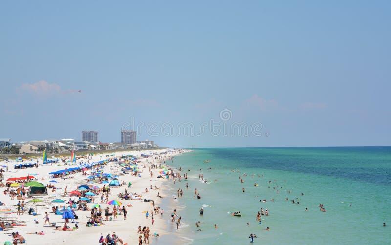 Ходоки пляжа на пляже Pensacola в Escambia County, Флориде на Мексиканском заливе, США стоковое изображение