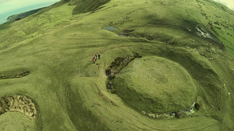Ходоки с туристическим гидом в холмах co антрима стоковые фото