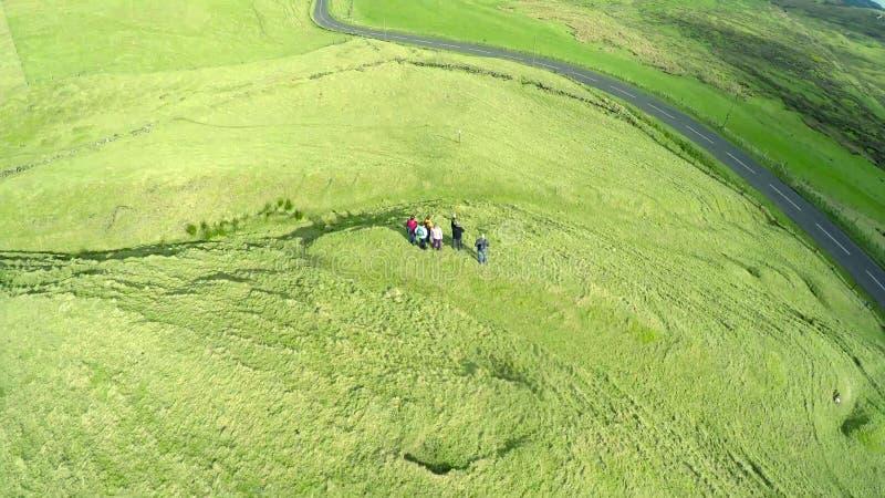 Ходоки с туристическим гидом в холмах co антрима стоковое фото rf