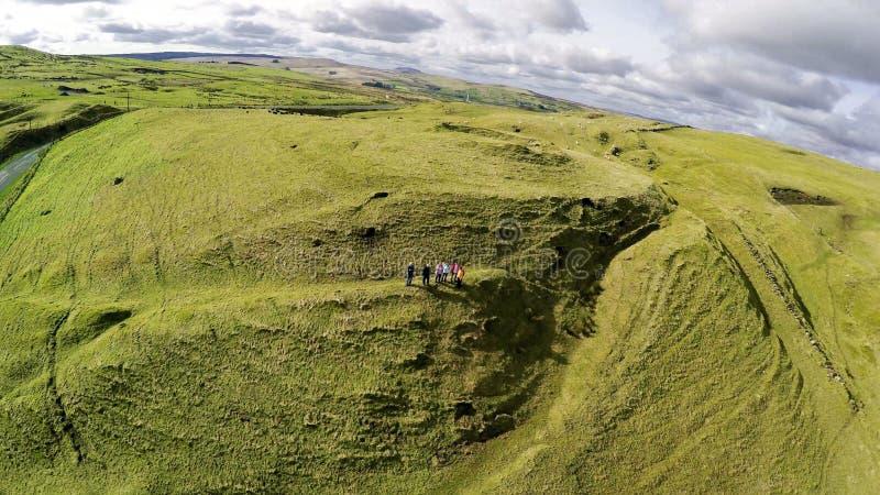 Ходоки с туристическим гидом в холмах co антрима стоковые изображения