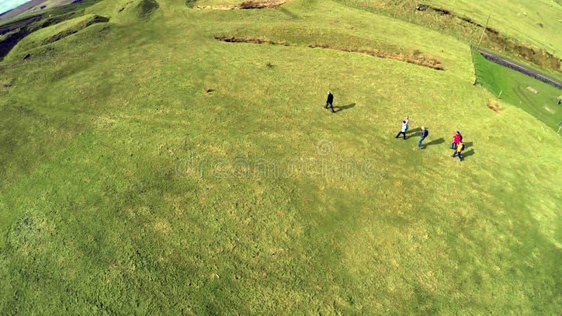 Ходоки с туристическим гидом в холмах co антрима стоковое изображение