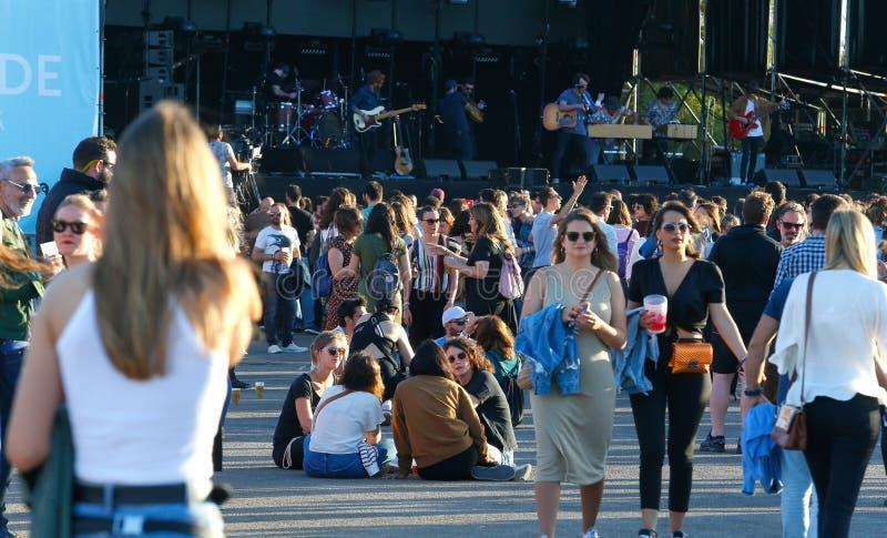 Ходоки фестиваля во время фестиваля в реальном маштабе времени mallorca стоковая фотография