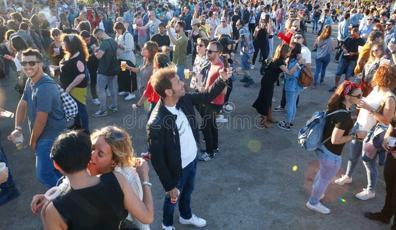 Ходоки фестиваля во время фестиваля в реальном маштабе времени mallorca широко стоковая фотография rf