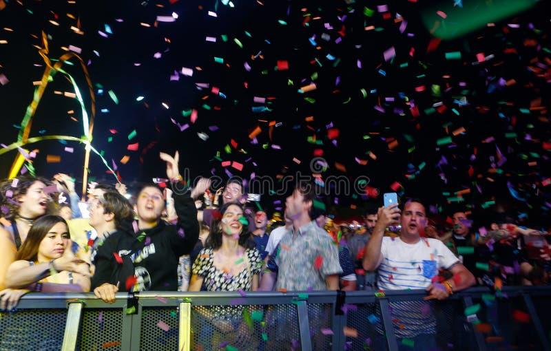 Ходоки фестиваля изображая с их мобильным телефоном шоу на фестивале в реальном маштабе времени mallorca широко стоковое фото rf