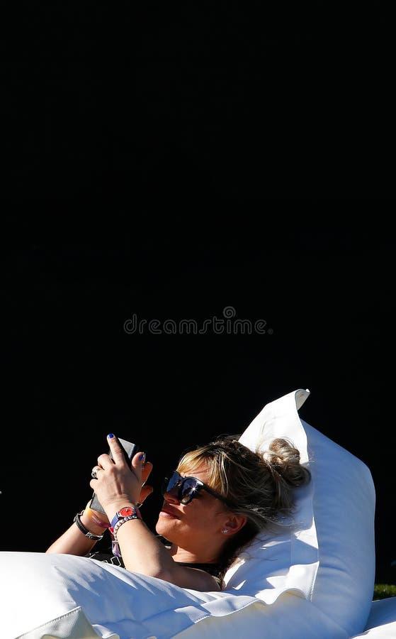 Ходоки фестиваля охлаждая во время вертикали в реальном маштабе времени фестиваля mallorca стоковое фото