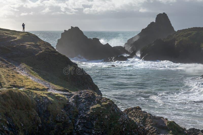 Ходок в сильных ветерах, бухта Kynance, Корнуолл стоковая фотография