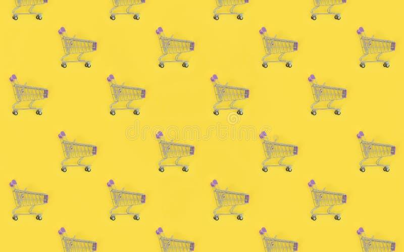 Ходя по магазинам наркомания, ходя по магазинам любовник или shopaholic концепция Много небольших пустых корзин выполняют покраше иллюстрация вектора