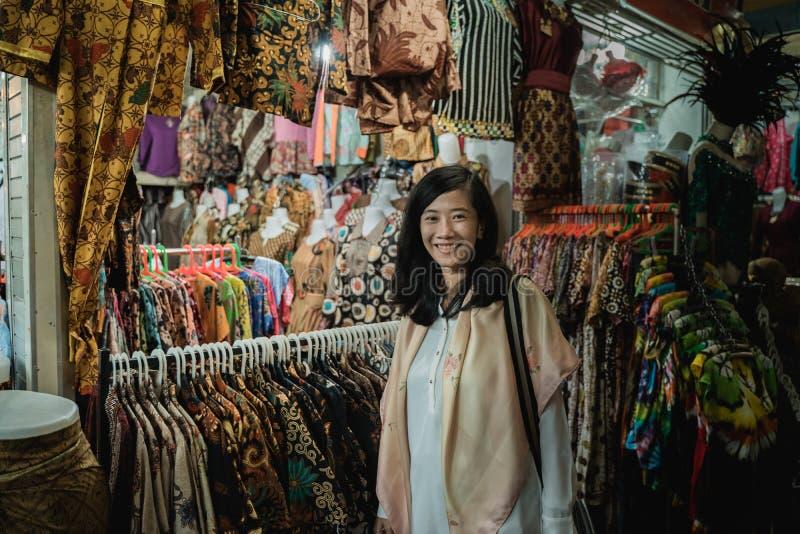 Ходя по магазинам одежда картины батика традиционная индонезийская стоковые изображения rf