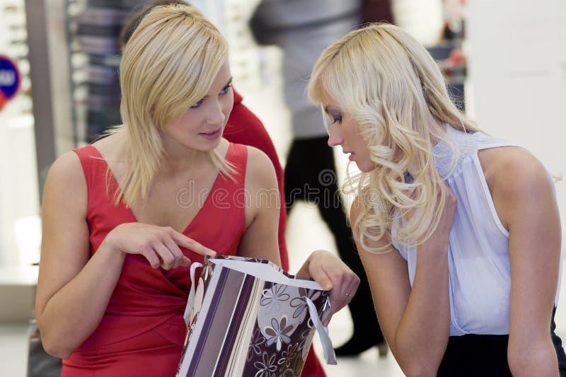 ходя по магазинам сидеть стоковые фотографии rf
